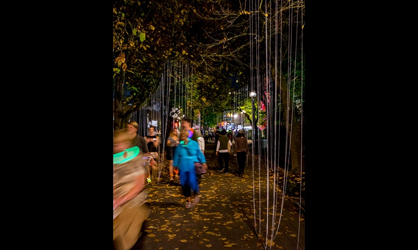 Promenade 3 – Soft white strands of yarn suspended from the tree canopy evoke rain, falling leaves and patterns created by nature in an urban context.