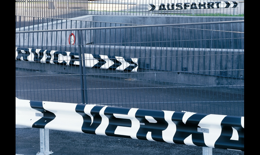 Destination names such as car wash, service, and sales are rendered on crash barriers. (Photos: Andreas Körner)