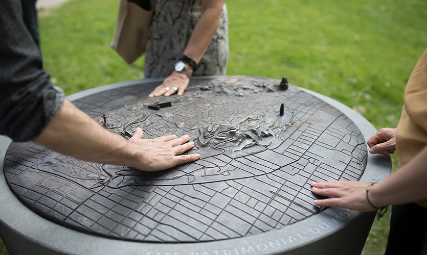 Maps identify each of the summits as well as three of Montreal's well-known landmarks; they are highly tactile objects that support intuitive navigation through an extensive territory.