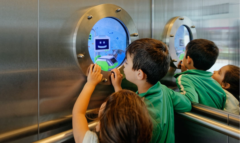 The lift is another magical place. An animation in the porthole shows the children where they are: under water (ground floor), on the beach (first floor) or in the air (second floor).