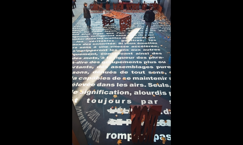 For her 2009 piece, La (les) leçon(s) plurielles(s) (Multiple lessons), commissioned by the historic Théâtre Denise-Pelletier, artist Rose-Marie Goulet dramatically superscaled a canonic text about the history of contemporary theatre. (Photo: Michel Dubreuil)