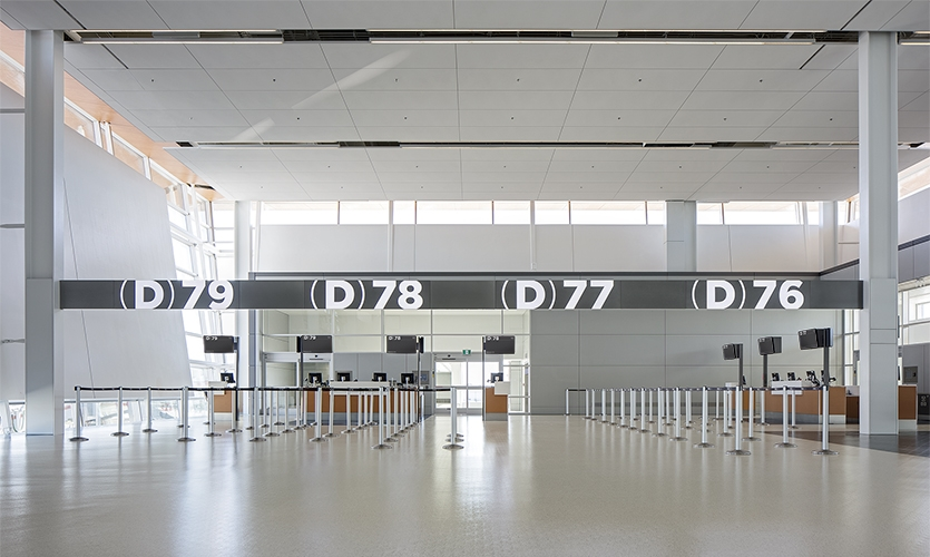 For the gate numbers and key locations, Entro used neutral whites and silvers coupled with illumination to allow for easier legibility from a distance.