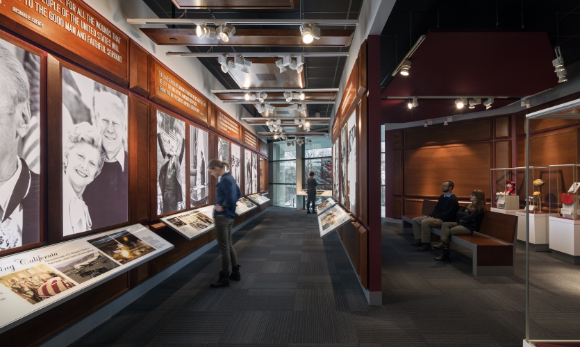To prevent the ceiling from overwhelming the exhibits, the team implemented several clever solutions. The lighting was designed around the geometry of the roof trusses.