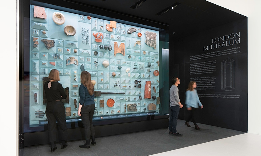 The space includes a vitrine displaying over 600 Roman artifacts discovered during the excavations in advance of construction of Bloomberg's new European headquarters.