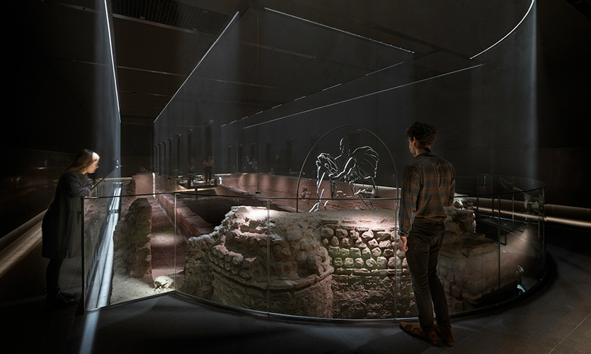 Seven meters below ground, archaeological remnants of the temple are coupled with immersive walls of light, creating a three-dimensional superstructure.
