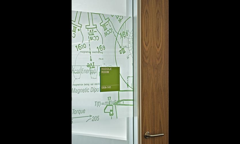 Acrílico sinais sala de identificação também podem receber o tratamento gráfico.  Sinais ADA usar série NovAcryl PT.