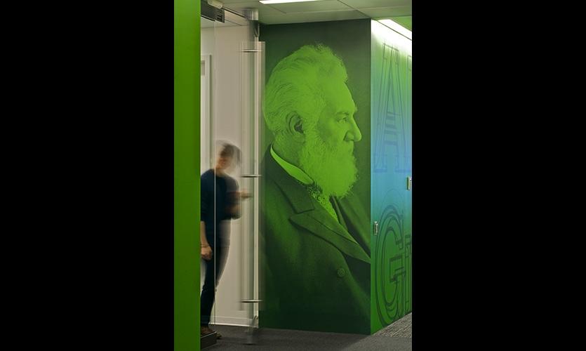Em cada um dos sete andares do edifício principal, um grande inovador é comemorado e ilustrações retratam o seu trabalho de mudar o mundo.