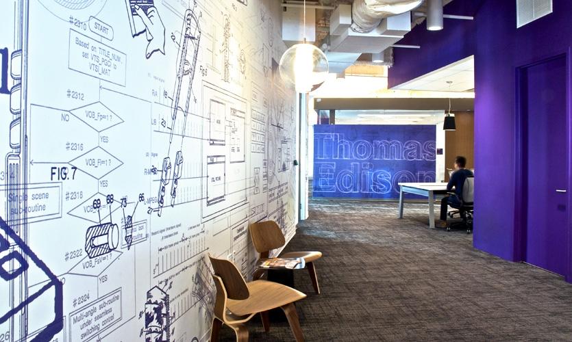 Cada andar foi atribuída uma paleta de cores e revestimento de parede saturado com desenhos patentes pelos inovadores.