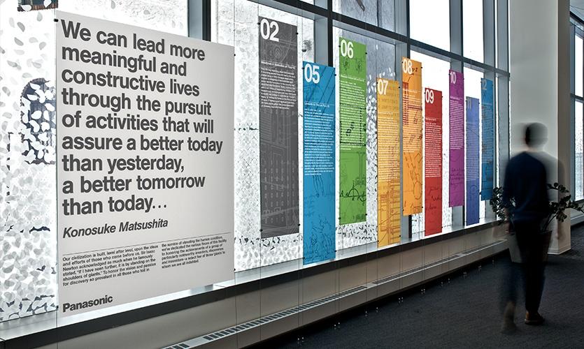 No piso térreo, GHD forneceu uma visão geral de código de cores dos inovadores existentes em todo o edifício.  Limpar painéis de acrílico parece flutuar no espaço.