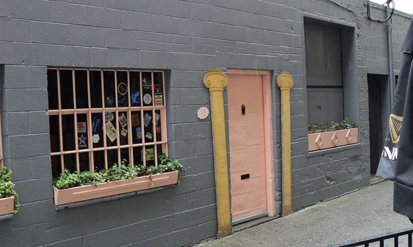 This is the infamous Pink Door at Pike Place Market. (Photo: Wikimedia Commons)