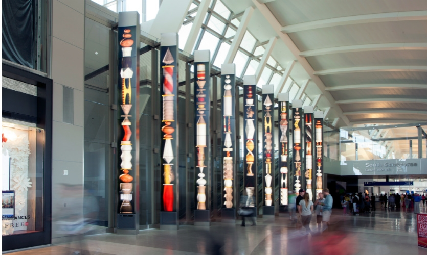 A series of 28-ft.-tall pylons provide a transitional experience as passengers move toward the North or South concourses and their departure gates. (Photo: Moment Factory)