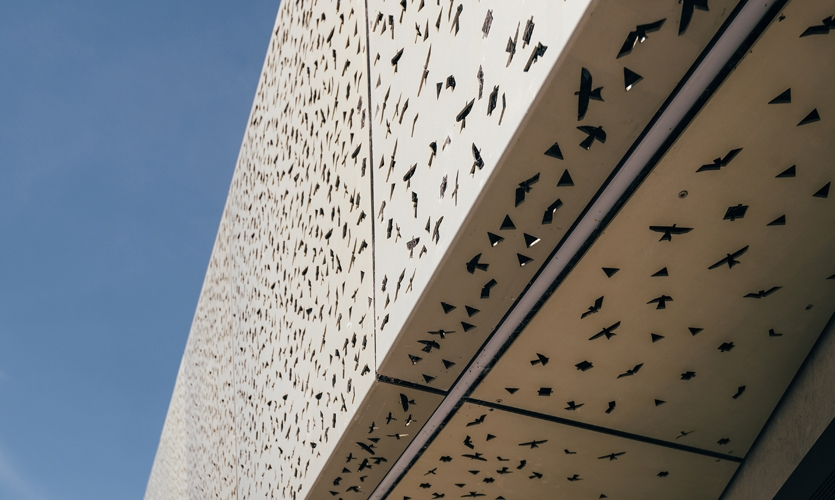 Simplified representations of the Manu tukutuku or Māori kite (both bird and object) are laser-cut into the anodisedaluminium screen continuing the narrative across the building.