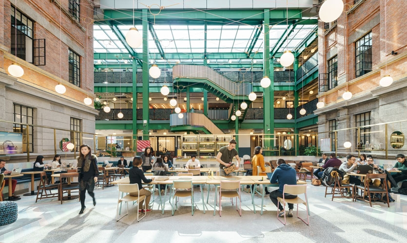 WeWork Weihai Lu is nestled in a turn of the century brick building—a former opium factory and artist residence. The building is surrounded by an old residential district in the heart of Shanghai.