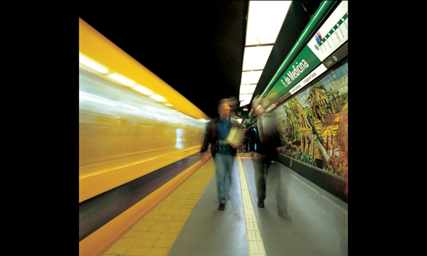 The unifying band organizes all the information conveyed at the subway platform. The bands are always the same height from the platform, providing users a reassuring source of information.