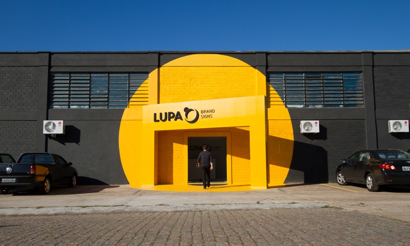 The final result was this surprising, very bright façade at Lupa. It's as if there was a Post-It note signaling the access!